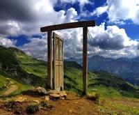 Сюрреалистическая дверь в немецких Альпах