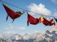 16 безумных фото с фестиваля Висячих гамаков в Альпах