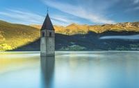 Эта одинокая башня находится прямо посреди озера. Какие секреты она скрывает?