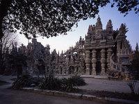 Этим дворцом восхищается весь мир. А построил его обычный почтальон, не имеющий образования!