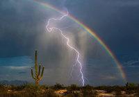 Снимок всей жизни: молния и радуга в одном кадре
