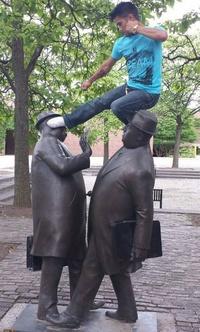 Эти люди познали искусство фотографии с памятниками. Учись!