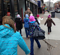 Ты будешь поражен, когда узнаешь, зачем дети надели куртку на столб!