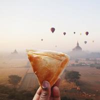 Девушка ездит по миру и показывает самую вкусную и необычную уличную еду