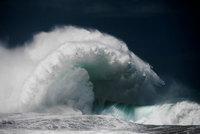 10 впечатляющих снимков величественной мощи океанских волн от Люка Шедболта