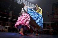Чолитас в Боливии — женский реслинг в национальной одежде