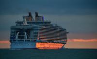 Крупнейший в мире круизный лайнер отправился в свое первое путешествие