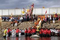 Древняя японская традиция катания на бревнах. Очень странное зрелище