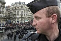 18 пугающих снимков протестов во Франции