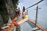 В Китае открыли жуткую стеклянную тропу на высоте 1400 м над пропастью!