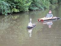 Этот мужчина придумал гениальный способ сплавиться по реке, не прилагая никаких усилий!