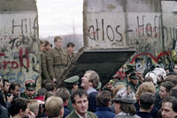 21 ретро-снимок, повествующий о легендарном падении Берлинской стены