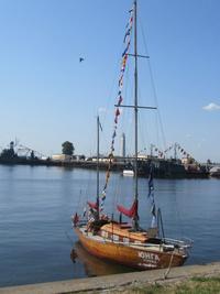 Яхта, пришвартованная в заливе около набережной Кронштадта
