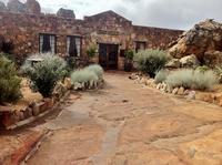 «Первобытный» отель в Африке. Как вам предложение прожить отпуск в настоящей пещере?