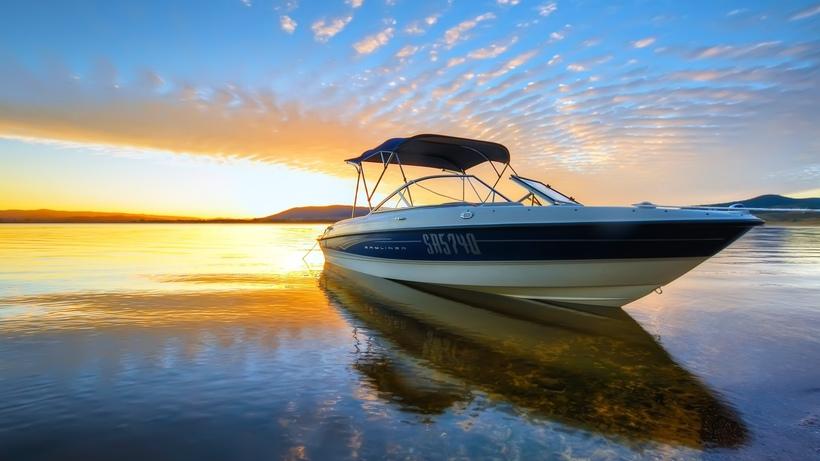 лодки на синих камнях