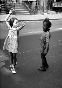 10 исторических фото, показывающих, как развлекались дети в разных странах