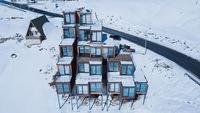 В Грузии построили отель из корабельных контейнеров, вдохновленный горами