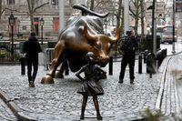 Перед знаменитым быком на Уолл-стрит установили очень неожиданную статую