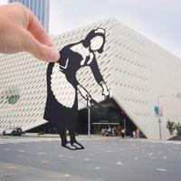 C помощью фигурок из бумаги он превращает фото достопримечательностей в искусство