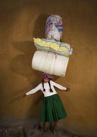 Сколько вещей могут унести на голове обычные люди из разных стран