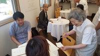 В Токио открылся «ресторан ошибочных заказов», где работают официанты с деменцией