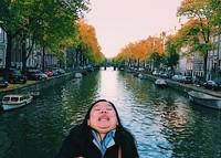 Девушка борется с идеальными фото в Instagram с помощью смешных кадров из поездок