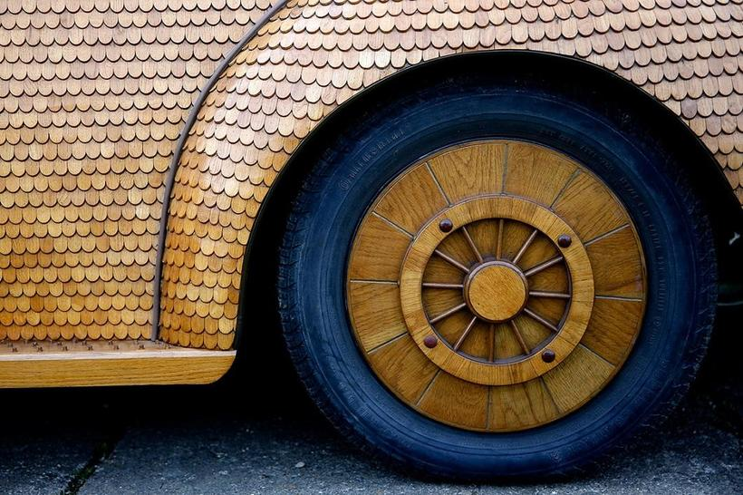 Боснийский пенсионер сделал из дерева «Фольксваген-жук»