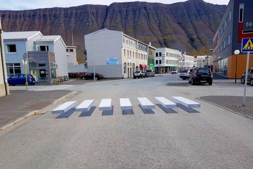 В исландском городе на дороге нарисовали 3D-зебру, чтобы водители тормозили