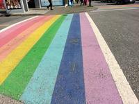 Радужные пешеходные переходы в деревне Дэйви