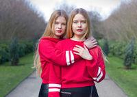 Портреты идентичных близнецов со всего мира демонстрируют, насколько они разные
