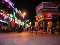 Вечернее движение на улице баров.