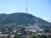 Гора нависает над городом