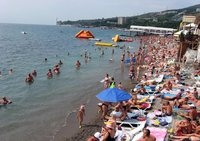 Вот такие переполненные пляжи в Ялте.