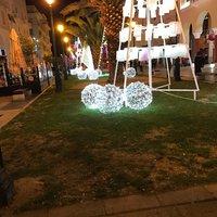 Новогодние украшения на площади Аристотеля