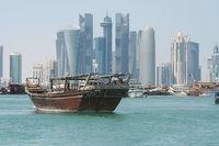 Старинная лодка на фоне небоскребов