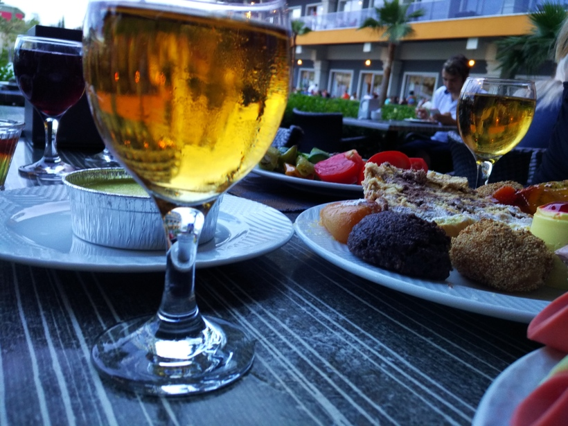 Ужин на свежем воздухе в мае. Алания, Турция.