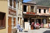 На прилегающих улицах полно ресторанов и таверн