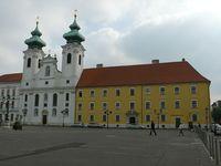 Бенедиктинская церковь, одно из главных украшений площади Сечени