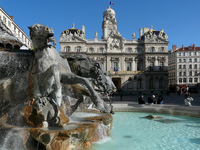 Вот такой красивый фонтан в Лионе!