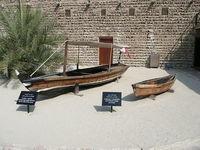 Традиционные арабские лодки во дворе музея