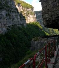 Опасный участок огорожен. Альпийские горы в апреле.