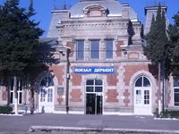 Майское солнце встречает на вокзале Дербента.