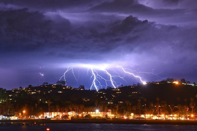 Шторм в Каліфорнії приніс небувалу грозу: за п'ять хвилин в небі вдарило 2 200 блискавок
