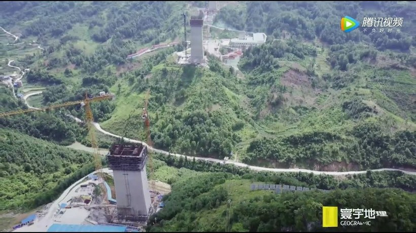 Видео: Как строят гигантский мост-небоскреб в Китае