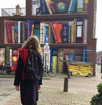 В Утрехте художники превратили жилой дом в гигантский книжный шкаф