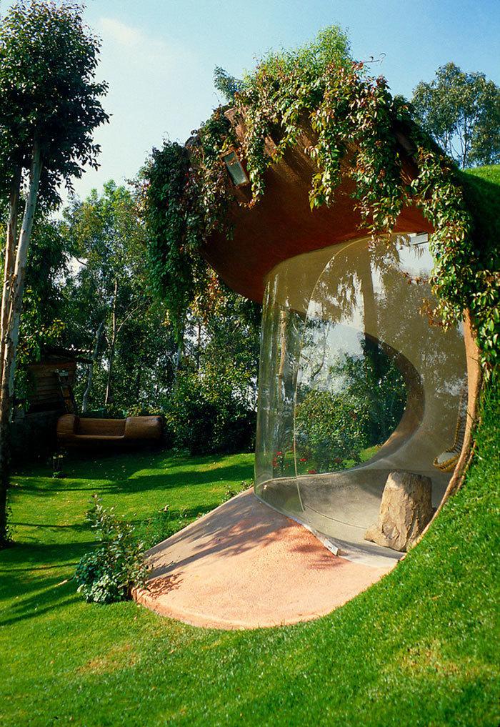 «Органический» дом, который слился с природой и стал незаметным для прохожих