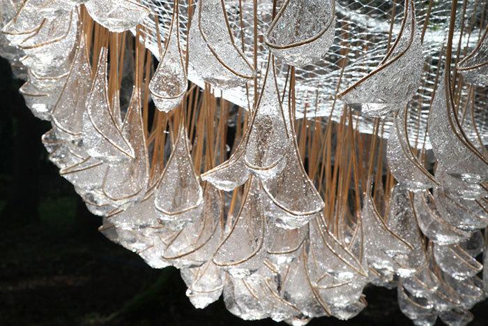 «Люстра» — потрясающая инсталляция в итальянском лесу, которая собирает дождь