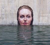 Этот художник пишет потрясающие портреты на стенах, балансируя на доске для серфинга!
