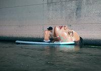 Художник создает потрясающие водные муралы, балансируя на доске для серфинга