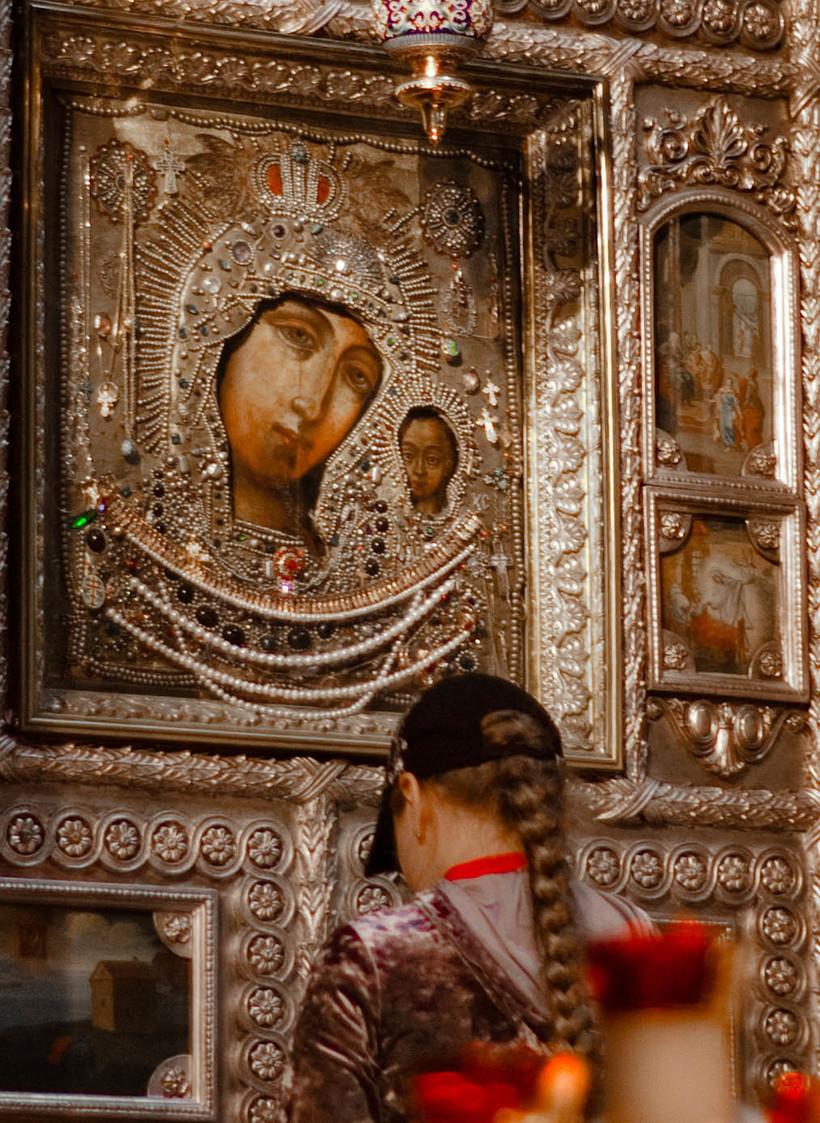 фото человек с иконой казанская семьи десятками лет